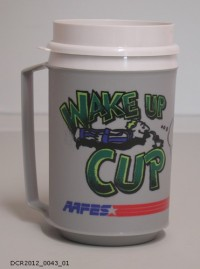 """Becher mit Deckel, Wake up Cup  Provenance/Rights:  dc-r docu center ramstein (CC BY-NC-SA)"